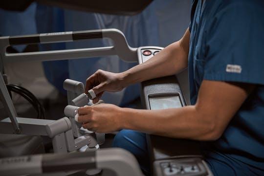 surgeon-hands-on-controls-articulation